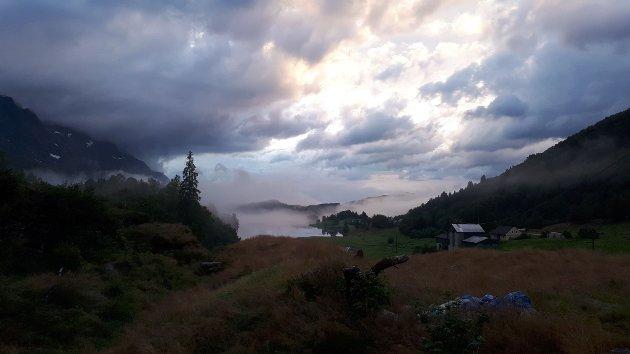 Utsikt mot Heilefjellet og Karstadvatnet