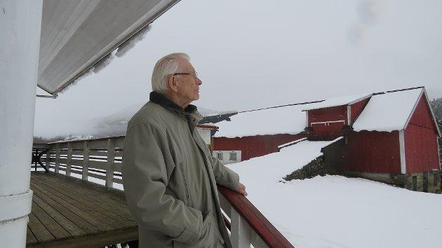 DØGNRYTME: Eg rettar meg fullt ut etter reglar og påbod for å unngå koronasmitten. Vidare prøver eg å leve eit mest mogeleg normalt liv, held den vanlege døgnrytmen med regelbunden matskikk, tid til kvile, naudsynt mosjon, lesing, tv-titting m.m, skriv Inge Eiksund. 98-åringen bur åleine i kårhuset på Ullaland.
