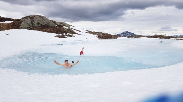 Ein forfriskande dukkert i vatnet på Eikåsnipa.
