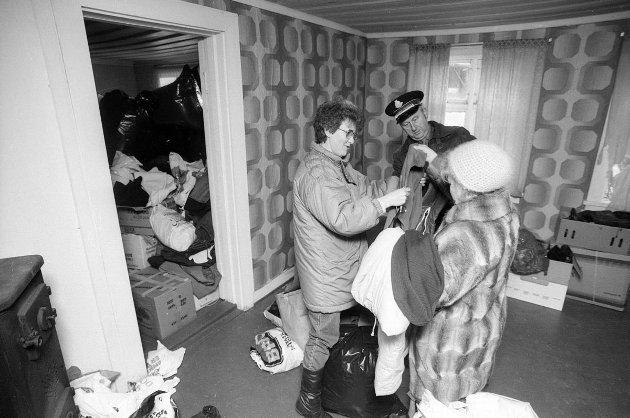 Travel førjul for Frelsesarmeen i Fredrikstad: Arne Josefsen i Frelsesarmeen har mange varme klær å dele ut til dem som måtte trenge det. Foto: Geir A. Carlsson, FB 23.12.1989
