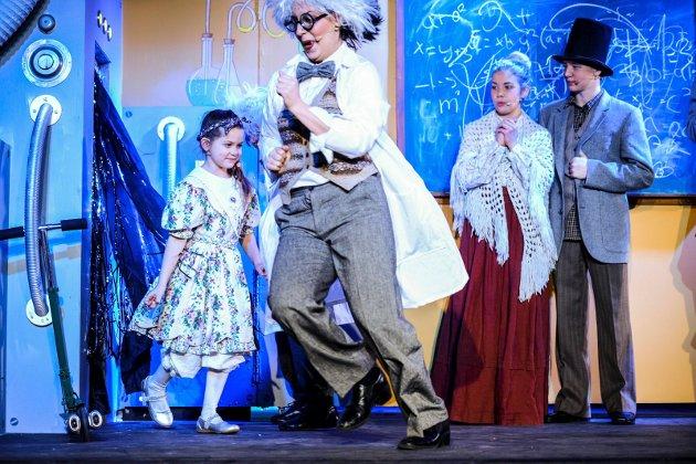 """Lørdag formidddag var det première på Fredrikstadunganes forestilling """"Min sønn Pinocchio"""". Gruppen """"Bravissimo"""" var først ut. foto: Kent Inge Olsen"""