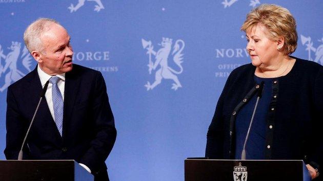 Finansminister Jan Tore Sanner og statsminister Erna Solberg holder felles pressekonferanse.