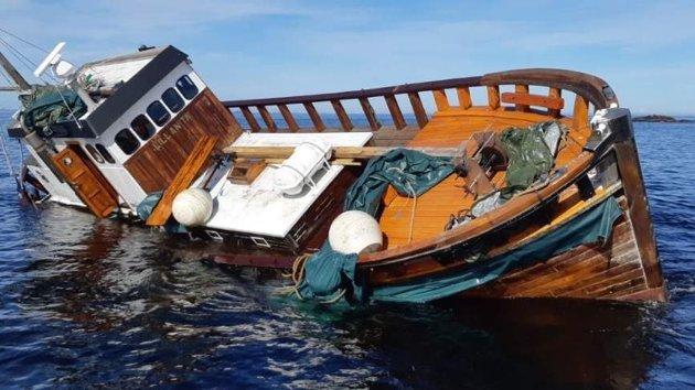 Brannmannskapene har den siste tiden fjernet alt av løsøre fra båten, slik at den ikke skal utgjøre noen fourensningsrisiko.