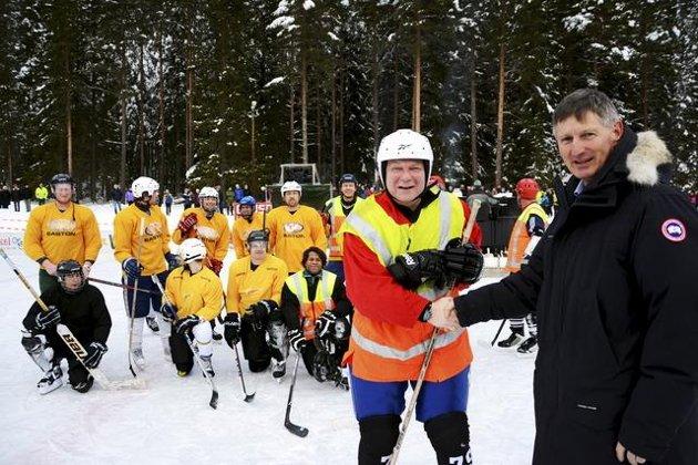 """Ishockeypresident Gerhard Nilsen gratulerer Sverre """"The Boss"""" Braaten med seieren over Proel."""