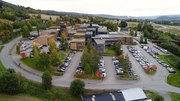 - *** Local Caption *** Høgskolen i Lillehammer (HiL) er en norsk tidligere regional høgskole. Den ble etablert 1. august 1994 som en av 24 statlige høgskoler i Norge og oppstod fra den tidligere Oppland distriktshøgskole i forbindelse med høgskolereformen i 1994.   Skolen lå på Storhove, ca. fire kilometer nord for Lillehammer sentrum. Det var flest studenter fra Hedmark fylke, fulgt av Akershus og Buskerud. Rektor fra 1. august 2015 var professor Kathrine Skretting.[3]   I september 2016 vedtok HiL og Høgskolen i Hedmark å slå seg sammen til Høgskolen i Innlandet; sammenslåingen ble iverksatt 1. januar 2017.[ HIL tilbød års-, bachelor-, master- og doktorgradsstudier og ulike etter- og videreutdanningskurs innenfor film- og fjernsynsfag, psykologi, helse- og sosialfag, idrett, juss, ledelse og økonomi, opplevelse, reiseliv og kultur, samfunnsvitenskap og humaniora.   Høgskolen tilbød internasjonalisering av studier gjennom å ta deler av sin ordinære utdanning i utlandet eller ved å fortsette å utdanne seg i utlandet etter endte studier.   Den norske filmskolen ble opprettet som egen avdeling ved HiL i 1997. Den har syv linjer (manus, regi, produksjon, foto, lyd, klipp og produksjonsdesign) og annethvert år tas det opp inntil seks studenter på hver linje. Skolen ble kåret til Europas beste filmskole i 2002.