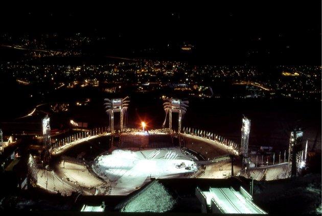 KVELD: OL-ilden lyser over byen.
