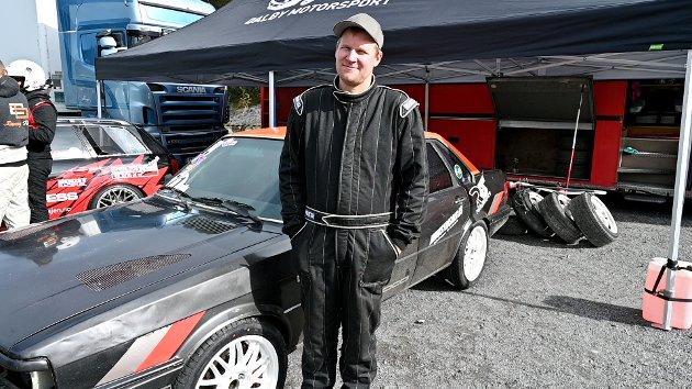 Svein Tore Dalby fra Saksumsdalen har drevet på med bil i 15 år, men det er de siste årene han har prøvd å satse mer og mer. – Jeg kjører for moro og show.  Jeg har ikke begynt med konkurranser ennå, sier Dalby.  Men han prøver å komme seg på de treffene som arrangeres. – Jeg har vært med på Gatebil nesten hver gang de siste årene. Også er det veldig bra når det arrangeres slik som her, forteller han.