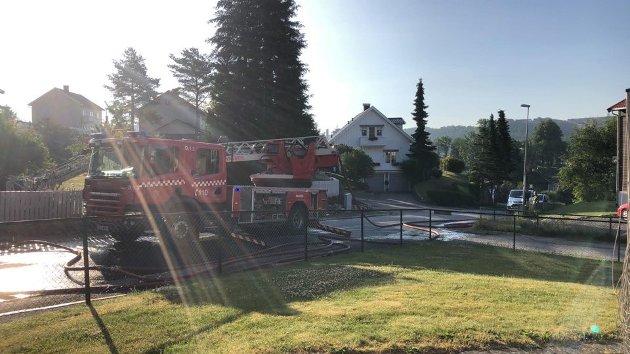 Mannskaper fra både Halden og Sarpsborg rykket ut til brannen. (Leserfoto)