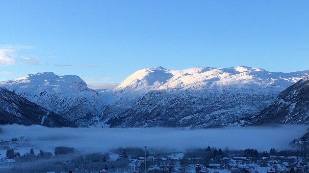 Frostrøyken ligg tett over Røldalsbygda på kalde vinterdagar når produksjonen frå vasskraftanlegga er stor