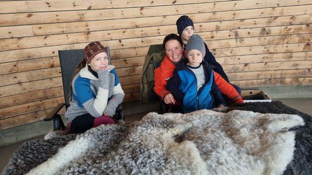Kristina Krutå fra Krutå gård hadde med seg nydelige pelssauskinn for salg. Skinnene egner seg godt som sitte underlag eller til små barn da de ikke tover slik som vanlige saueskinn.