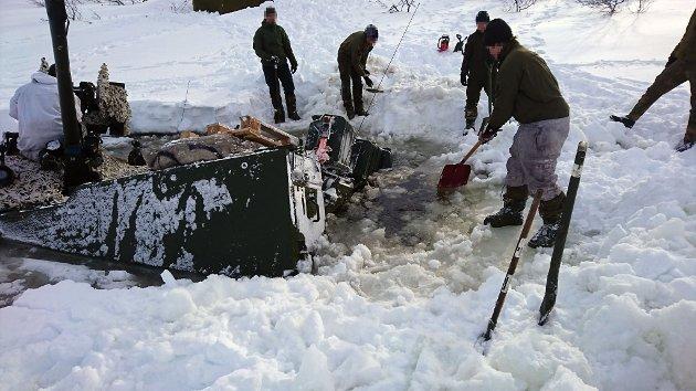 GIKK GJENNOM: Noen få meter fra land gikk denne panservogna gjennom isen. Her pågår forberedende arbeid for berging av panservogna.