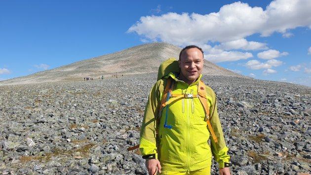 PÅ VEIEN: Tom Jørund Knive var ikke vanskelig å få øye på i fjellet. Her er han på god vei opp mot toppen.