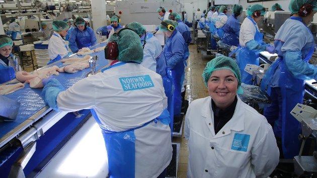- Gjett om vi har fått spennende resultater, sier seniorforsker Silje Kristoffersen om et prosjekt hvor Båtsfjordbruket stod sentralt. Her er hun avbildet i et annet fiskebruk.