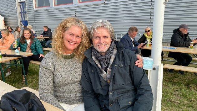 STORTRIVES: Solveig Vik Kristiansen og Øystein Rud nyter det fine været under en av dagens konserter. Solveig er på ferie i byen, mens Øystein bor i Vadsø. Begge sier de stortrives, og at festivalen er godt gjennomført.