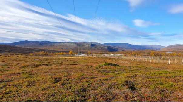 Foto av 66 kV traseen nordøst for Skaidi transformatorstasjon