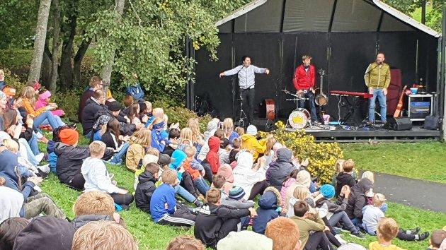 VENNSKAP: I forbindelse med Vennskapsuka ble det arrangert to konserter med Rasmus og verdens beste band i Muustrøparken fredag.
