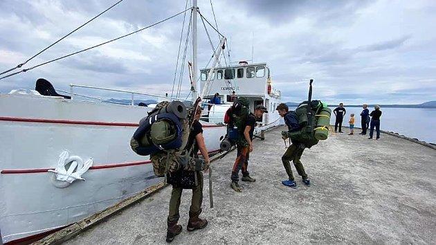 DRØMMEN KAN REALISERES: Ombordstigning i Fæmund 2 for transport til Røoset, utgangspunktet for turen.