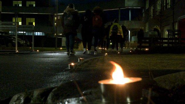 LEVENDE LYS: På veien til skolebygget var det satt ut fakler med levende lys.
