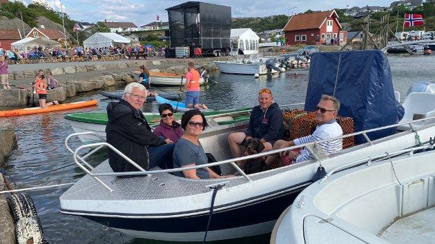 Leif Paul Sirevåg (fremst), Jorunn Jaarvik (t.h.), Kjetil Rørheim, Jarle Hollevik og Inger Johanne Rørheim tok båtveien til Sirevåg. Hunden Nita fikk også være med.