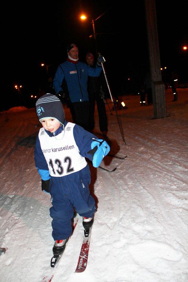Jakob Njøten (3) i full fart uten staver. I bakgrunnen ses Morten Mobråthen og pappa Bent Njøten. Foto: Magnus Erlingsen
