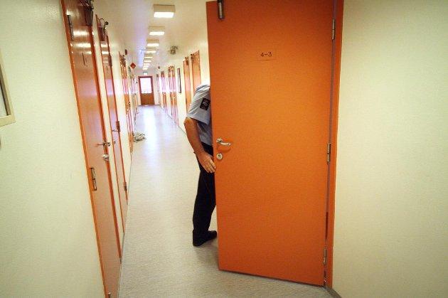 Celledøren blir aldri låst. De innsatte bor på tomannsom med dusj og do på gangen.