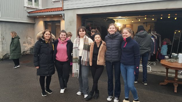 Jentene bak loppemarkedet: Thea Snøås (t.v.), Ajna Avdic, Angelica Skarshaug, Anne Katrine Halvorsen, Thuva Espolin Johnson og Eline Aasvik. De var svært fornøyde med oppmøtet.