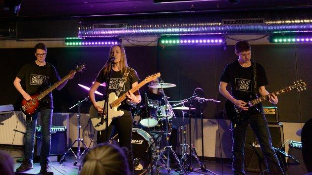 """Rockebandet """"Cold Chase"""" beståande av Emma Aksnes Grønstøl (trommer), Ida Prestnes (gitar og vokal), Odin Aksnes (gitar) og Ole Vasslid (bass) spelte Paranoid av Black Sabbath."""