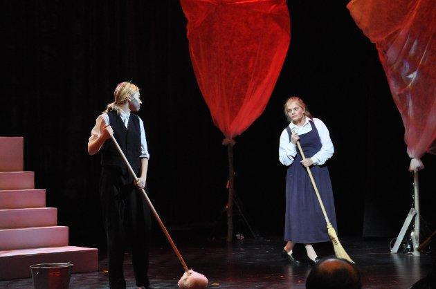 Ole og Petrine er gulvskrubbere i Kongens slott.