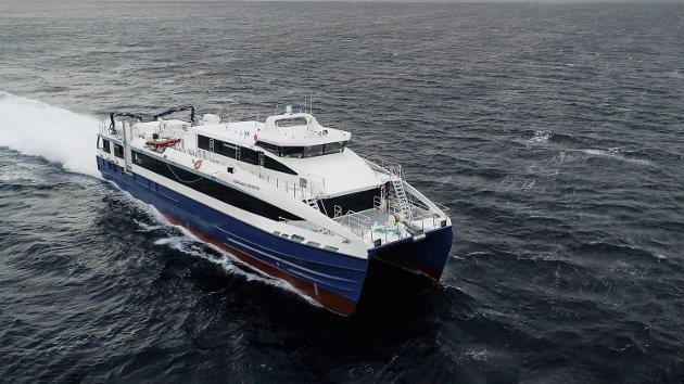 Båten under testkjøring i åpent farvann.