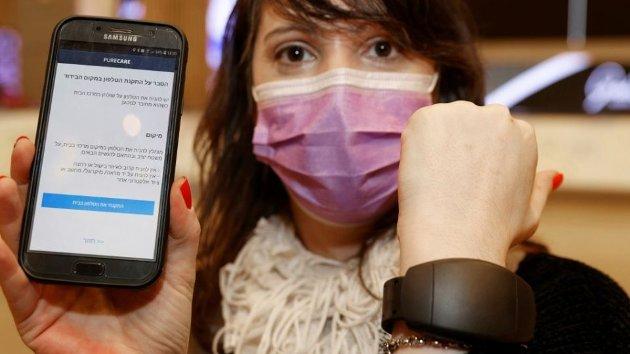 Israel har lansert elektroniske armbånd som gjør at brukerne kan karantene hjemme - og myndighetene kan spore deres bevegelser (AFP)