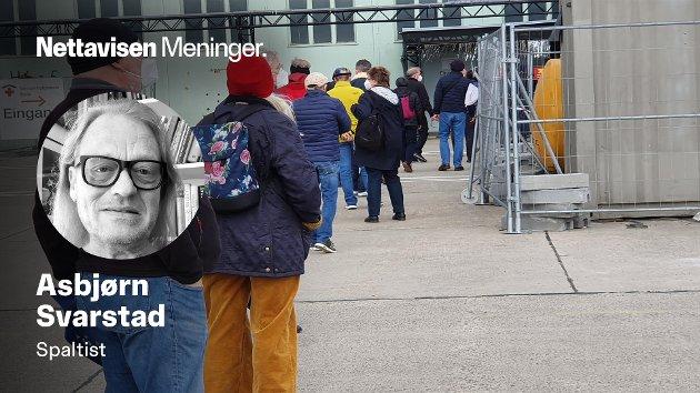 Pen kø foran den nedlagte flyplassen Tempelhof. Å komme inn, tok ikke lang tid.  Men der ventet dokumentene som skulle fylles ut.