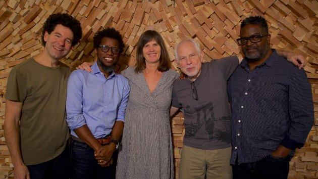 Grete Skarpeid omringa av Rob Waring, Aruán Ortiz, Cameron Brown og Gerald Cleaver.