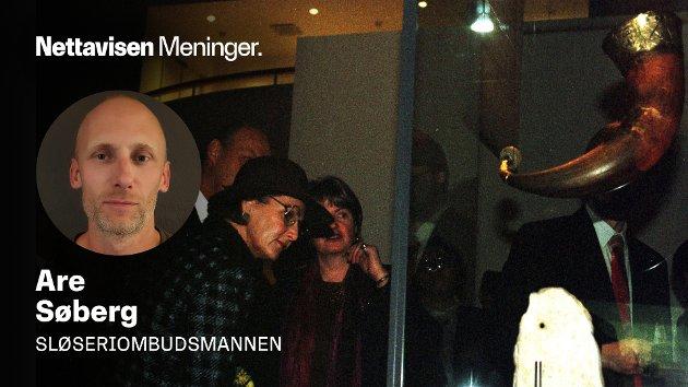 PRIORITERINGER: Er det virkelig ikke plass til Norges flotteste middelalder-klenodium på landets kulturhistoriske museum? spør Are Søberg i denne kommentaren. På bildet: Dronning Sonja besøker Nasjonalmuseet i København i 1997, hvor Kongshornet fremdeles henger.