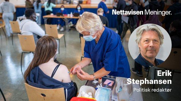 VAKSINE: I Norge vaksineres nå skoleklasse etter skoleklasse. I USA florerer falske nyheter og konspirasjonsteorier.