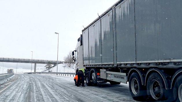 Her ble en rekke trailere stående, og måtte legge på kjetting midt på E6 mandag (PS: Bilen sto i ro da bildet ble tatt)