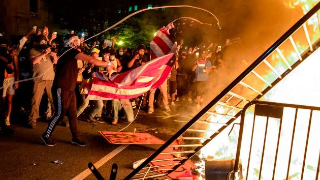 VOLDELIG:Fredelige demonstrasjoner har i utallige byer utartet til voldelige sammenstøt mellom aktivister og politi – også i Washington DC, hvor demonstranter her har satt fyr på barrikader og søppel rett foran Det hvite hus.