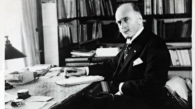 Knut Hamsun i skrivestua på Nørholm i 1929.