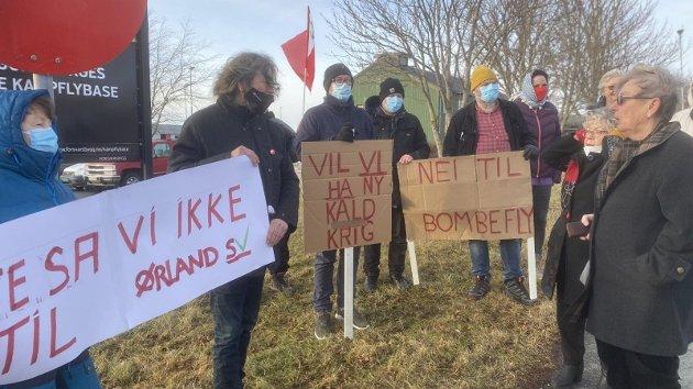 Demonstranter utenfor Ørland flystasjon.