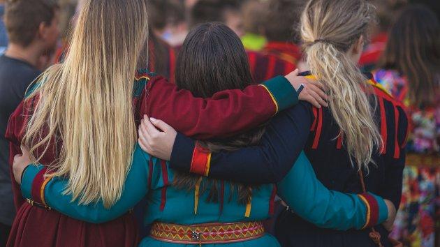 Jeg mener vi må være veldig på vakt mot polarisering og splittelse i det samiske folket. Vi må passe oss for ikke å sette fyr på en betent identitets- og språkdebatt, gjennom skarpe vinklinger i media og raske kommentarer på nett, skriver NSR-leder Runar Myrnes Balto. Bildet er fra festivalen Márkomeannu.