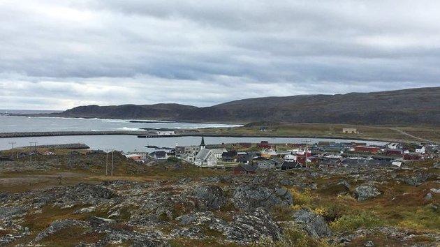 Over én prosent av innbyggerne er smittet av korona. En tredjedel av kommunens innbyggere sitter i karantene. Til sammenligning blir det over 100.000 mennesker i karantene i Bergen. Det ville fylt nyhetssendingene. Men alle er stille om Finnmark.