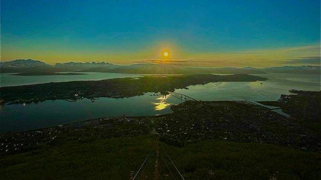 Tilfeldighetene er for mange, universet, gudinnene og naturen taler til oss, det finnes ikke noe alternativ. Nord trenger en egen dag, og dagen har valgt oss; 21. juni. Det er dette som må være selve dagen, selve Nord-dagen, skriver Amund Sjølie Sveen.