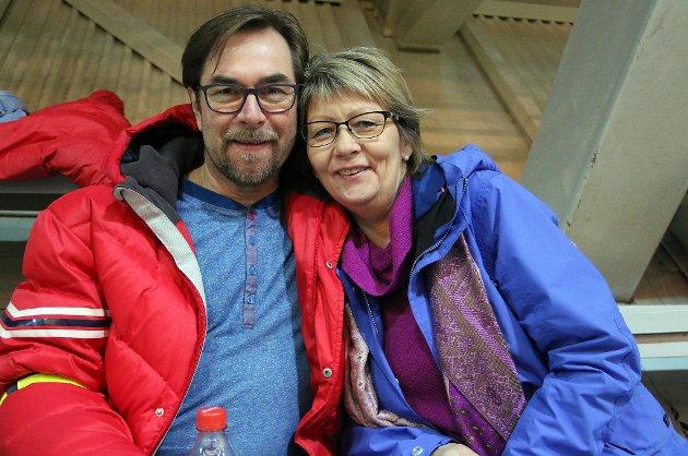 Hugo og Annfrid Forfang gikk nesten i svart foran TV-skjermen da sønnen Johann ble juniorverdensmester i hopp. – Mamma så at det var et vinnerhopp, smiler Annfrid.