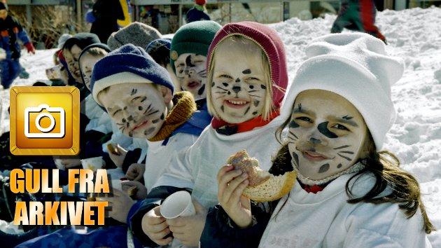 """BARNEHAGETREFF 1997:  """"Et hundretalls unger koste seg i kirkeparken tirsdag ettermiddag. I forbindelse med Norsk Lærerlags landsomfattende aksjon for førskolene, arrangerte de felleslunsj for barnehagene i Tromsø, skrev Nordlys en aprildag i 1997. Utkledt som dalmatinere og med egenprodusert fane inntok ungene fra Lærerstua barnehage kirkeparken. Og kostymene var et sjakktrekk fra personalets side. Da en av krabatene var på tur opp i ei av kirkas prydbusker, fant de med en gang ut hvor den hvitprikkete hørte hjemme, og kunne plukke han ned i ei fart. – Det kan ikke være lett for de andre å skille 100 Helly Hansen-kledte unger fra hverandre, sa en av de ansatte i forbifarten. At hele formiddagen gikk med til å male prikker var glemt."""