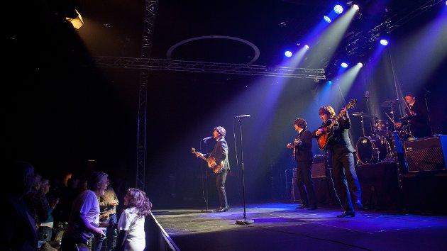 HITPARADE: Det ble en hitparade fra start til slutt, fremført på skyhøyt nivå av The Cavern Beatles på The Edge fredag kveld. Foto: Silja Lomakka