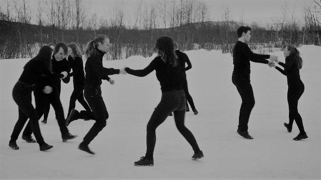 En stor gruppe unge dansere fra Troms er med i Sigurd Johan Heides film «Kalde mønster».