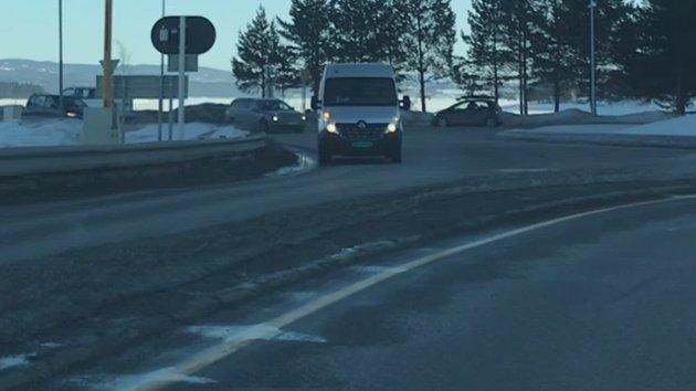 PÅSKEUTFART: Trafikken gikk tett ved Mjøsbrua i 17-tiden. Men køantydningene startet først ved Biri.