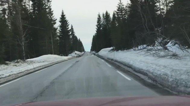 PRØVEKJØRT: Vår fotograf har prøvekjørt veien mellom Raufoss og Trevatn, som mange klager over.