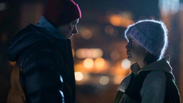 FØLELSER: Det oppstår følelser mellom Frida (Elli Rhiannon Müller Osbourne) og Marius (Jonas Tidemann) i «Psychobitch» som har Norgespremiere fredag 11. januar.