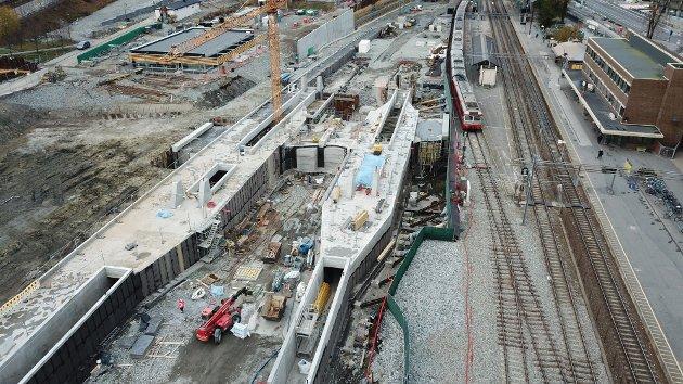Betongarbeidet på plattform 1 og 2 er nå ferdigstilt. Dette inkluderer også betongarbeid for undergangen som leder opp til plattform 1 og 2. Senere skal blant annet tak installeres på plattformene.