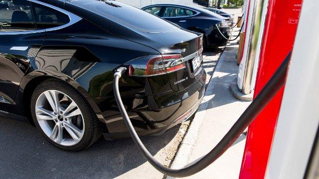 ELBIL: Norge har 3 millioner personbiler. Av disse er 300.000 elbiler, skriver artikkelforfatteren
